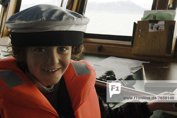 Junge spielt Kapitän  Cockpit