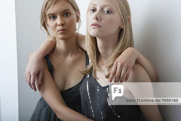 Weibliche Freunde umarmend  Portrait