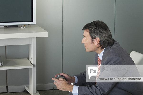 Geschäftsmann beim Videospiel