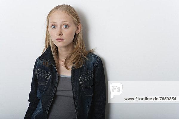 Junge Frau mit weit geöffneten Augen überrascht  Porträt