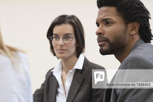 Geschäftsleute in der Begegnung  Fokus auf einen jungen Mann