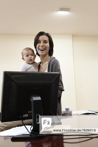 Mutter hält Baby im Amt