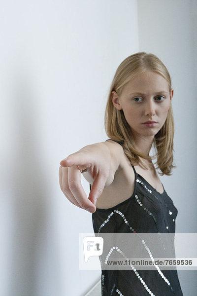 Junge Frau mit Zeigefinger