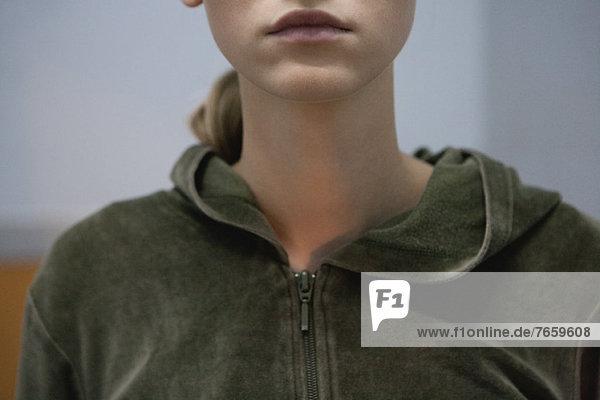 Junge Frau im Sweatshirt  geschnitten