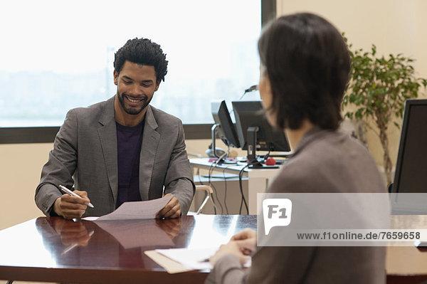 Geschäftsführerin bei der Beurteilung der Arbeitsleistung der Unternehmerin