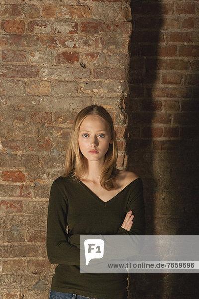 Junge Frau mit gefalteten Armen  Portrait