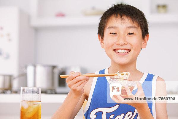 Junge - Person essen essend isst