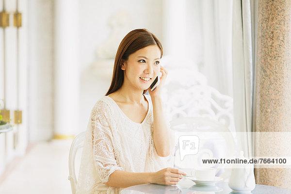 junge Frau junge Frauen Cafe telefonieren