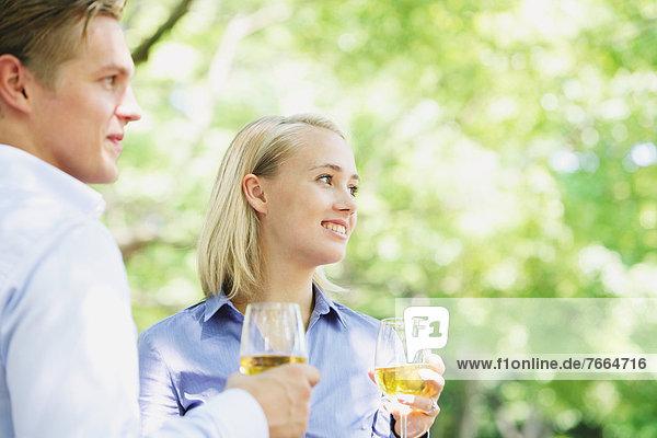 Junges paar trinken Wein