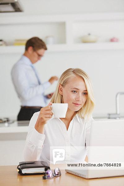 Frau  Notizblock  trinken  Kaffee  Notebook