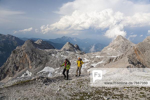 Ein Mann und eine Frau beim Wandern auf der Kredarica  Nationalpark Triglav  Slowenien  Europa