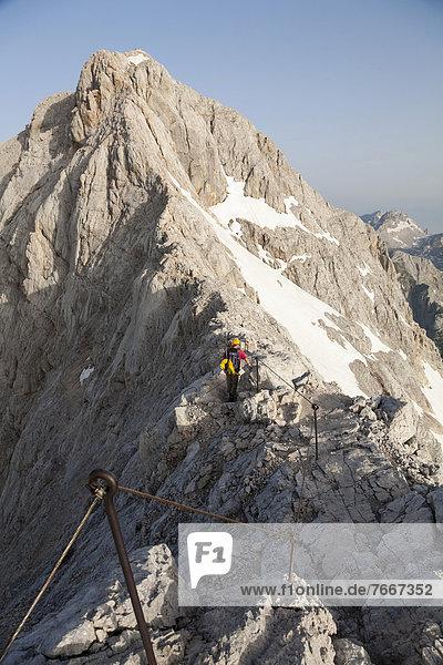Bergsteiger unterwegs auf einem Grat  Aufstieg am Normalweg zum Triglav  Nationalpark Triglav  Slowenien  Europa Bergsteiger unterwegs auf einem Grat, Aufstieg am Normalweg zum Triglav, Nationalpark Triglav, Slowenien, Europa