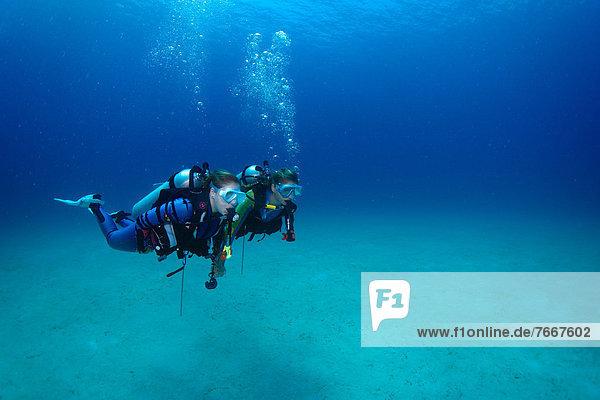 Taucher unter Wasser,  Mimaropa,  Mulaong,  Südchinesisches Meer,  Philippinen,  Asien