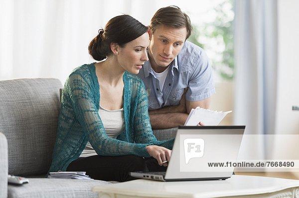 Zusammenhalt benutzen Notebook bezahlen zahlen Rechnung