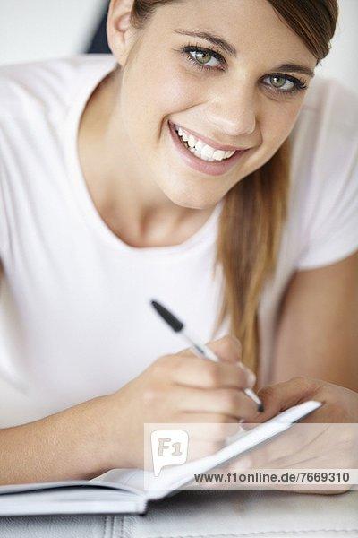 Portrait  Frau  schreiben  jung  Notizblock