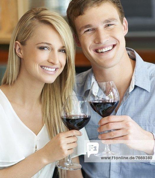 Paar stößt an mit Wein