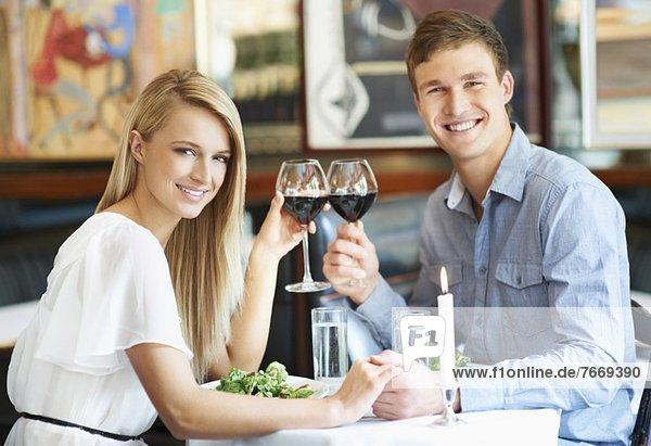 Paar trinken Wein im restaurant Paar trinken Wein im restaurant
