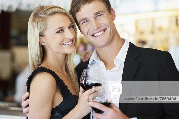 Paar trinken Wein im restaurant