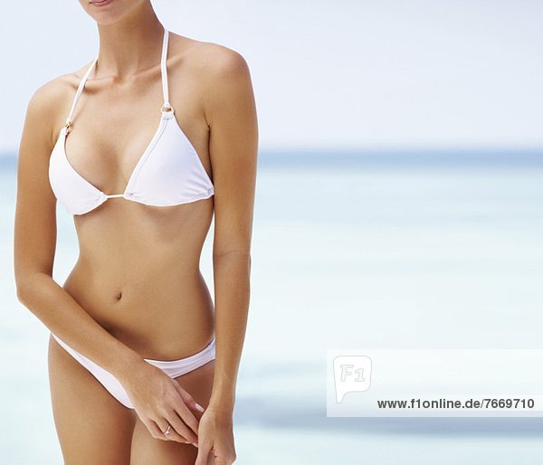 Junge Frau trägt Bikini  Mitte Abschnitt