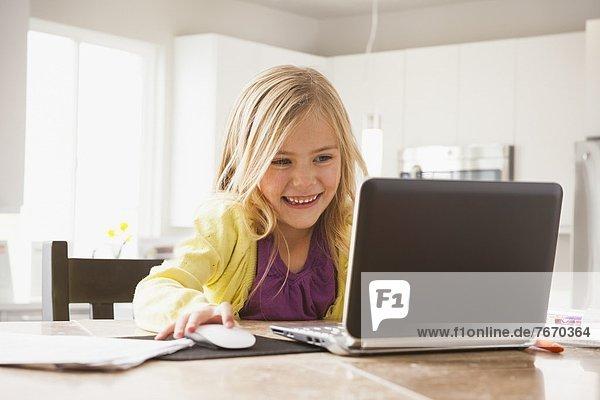 benutzen Notebook 5-9 Jahre 5 bis 9 Jahre Mädchen blond