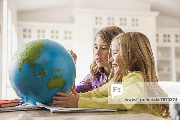 2  Mädchen  5-9 Jahre  5 bis 9 Jahre  Globus  Hausaufgabe