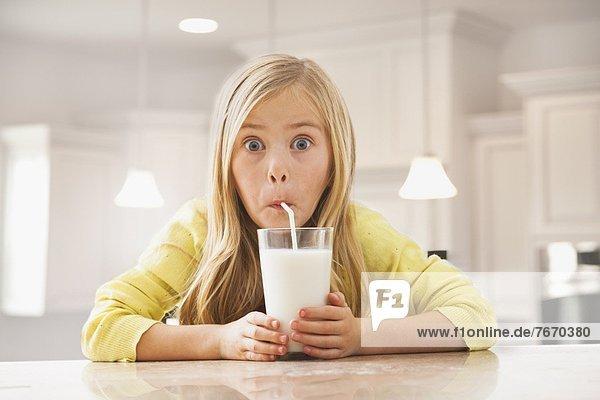 trinken  5-9 Jahre  5 bis 9 Jahre  Mädchen  blond  Milch