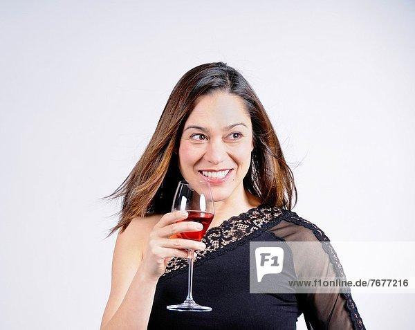 Ethnisches Erscheinungsbild  Glas  lächeln  Wein  halten  groß  großes  großer  große  großen  mischen  jung  Mixed