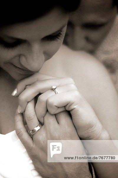 sepia getont  at symbol  at-symbol  @  at-zeichen  at zeichen  at symbole  Fotografie  sehen  Ehefrau  Braut  Bräutigam  Hochzeit  Verletzung der Privatsphäre  Close-up  close-ups  close up  close ups  Moment  Ehemann