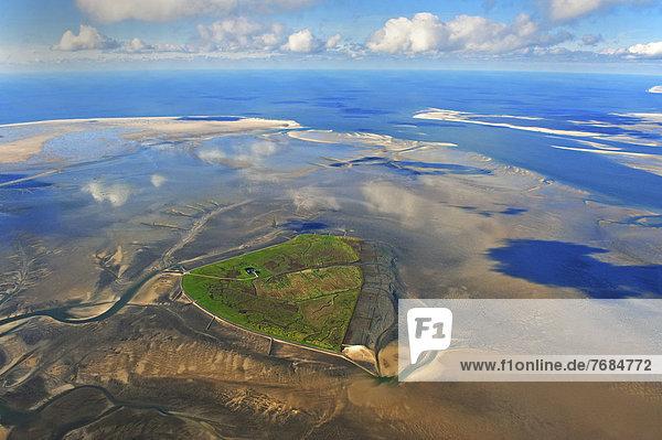 Luftbild  Hallig Süderoog im Nordfriesischen Wattenmeer  hinter den Sänden Süderoogsand  links  und Norderoogsand  rechts