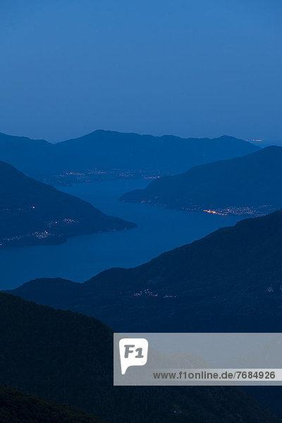 Morgenstimmung hoch über dem lake Lago Maggiore  Blick von der Alpe Nimi  Valle Maggia  Tessin  Schweiz  Europa Morgenstimmung hoch über dem lake Lago Maggiore, Blick von der Alpe Nimi, Valle Maggia, Tessin, Schweiz, Europa