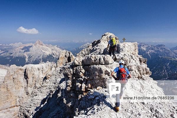 Bergsteiger beim Abstieg über den Klettersteig  Via ferrata Marino Bianchi am Monte Cristallo  hinten die Hohe Gaisl  Belluno  Dolomiten  Italien  Europa