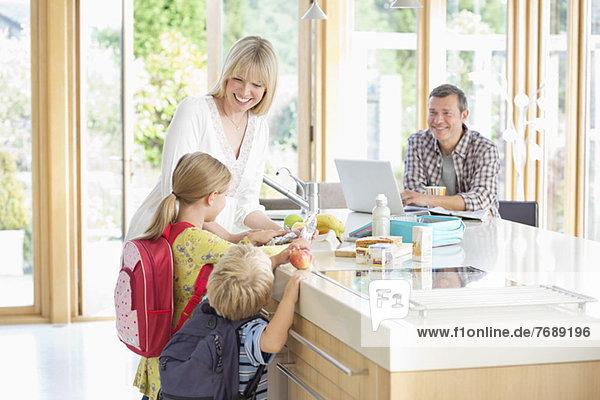 Familiengespräche in der Küche