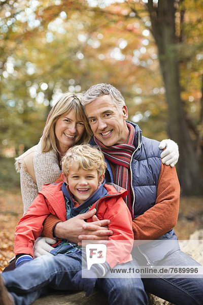 Junge lächelt mit Großeltern im Park