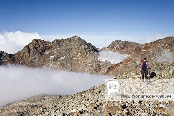 Bergsteiger beim Aufstieg zum Fernerköpfl in der Rieserfernergruppe im Pustertal  Südtirol  Italien  Europa