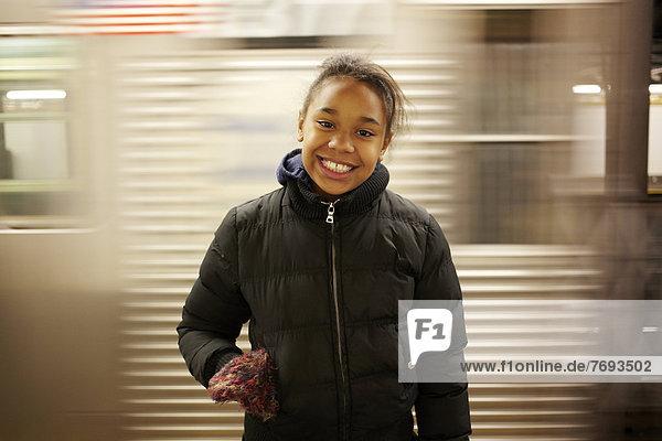 lächeln  mischen  U-Bahn  Mädchen  Mixed  Haltestelle  Haltepunkt  Station