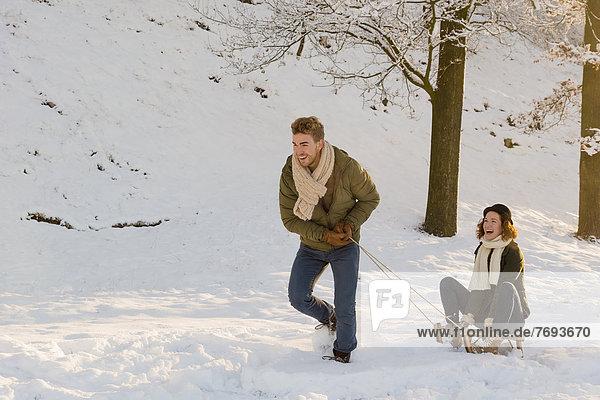 Europäer  Mann  Freundin  ziehen  Schlitten  Schnee