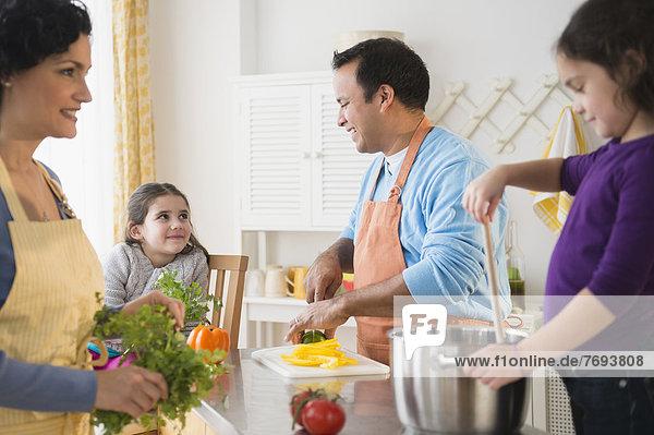 Familie Kochen zusammen in Küche