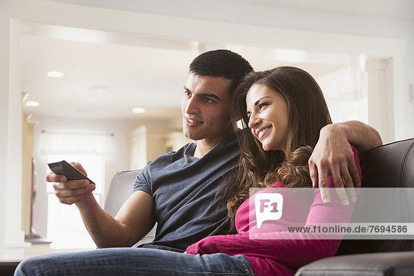 Paar beobachten Fernsehen auf sofa