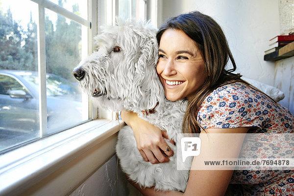 Europäer  Frau  umarmen  Fenster  Hund Europäer ,Frau ,umarmen ,Fenster ,Hund