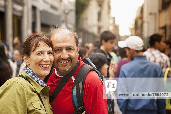 lächeln  Straße  Hispanier  Großstadt