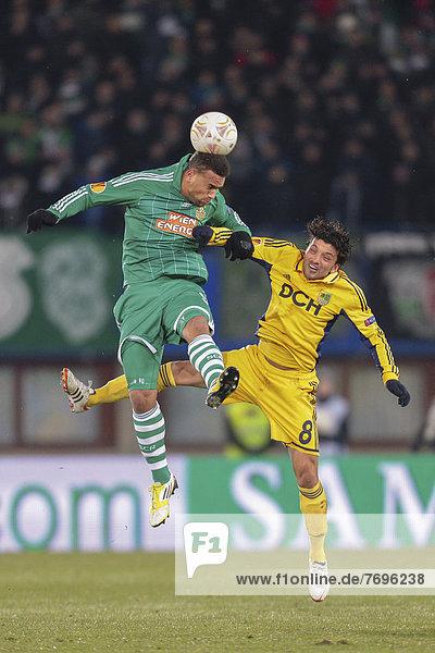 Edmar  Nr. 8 von Metalist und Terrence Boyd  Nr. 9 von Rapid  kämpfen um den Ball  SK Rapid - FC Metalist Kharkiv  UEFA Europa League