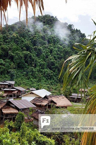 nahe Berg Wolke Dorf Falle Fallen