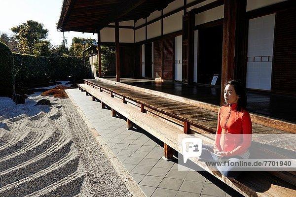 sitzend  Frau  Meditation  Garten  Einsamkeit  Innenhof  Hof  Japan  Kyoto  Kloster