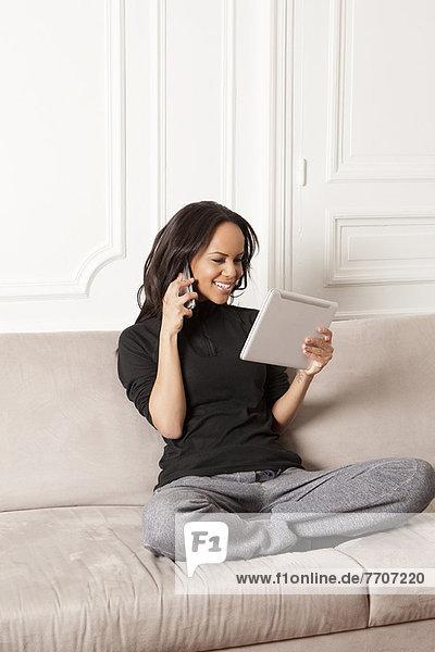 Frau mit Tablet-Computer und Handy