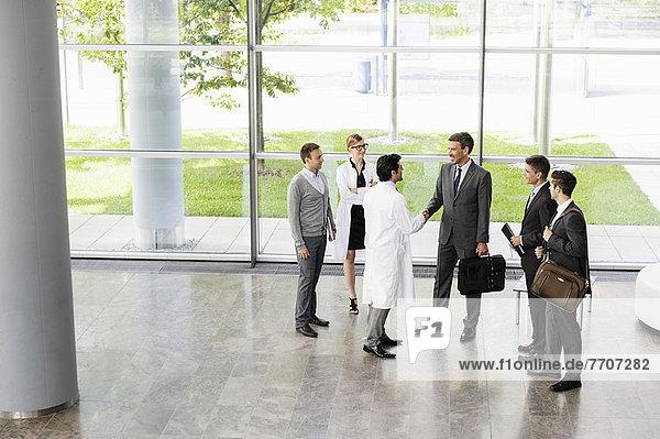Begrüßung von Geschäftsleuten und Ärzten