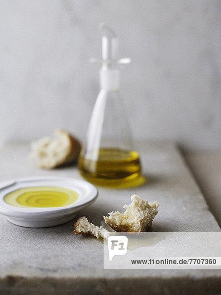 Teller mit Olivenöl und knusprigem Brot