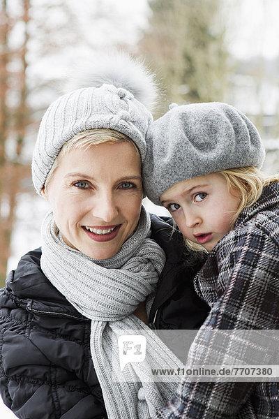 Mutter mit Tochter im Schnee