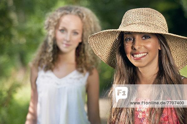 Teenagermädchen lächelt auf der Landstraße