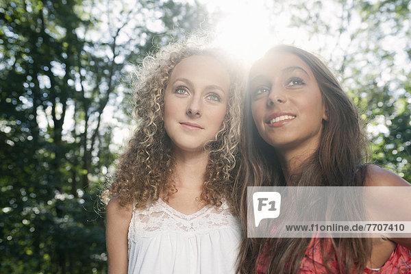 Teenager-Mädchen lächeln im Freien