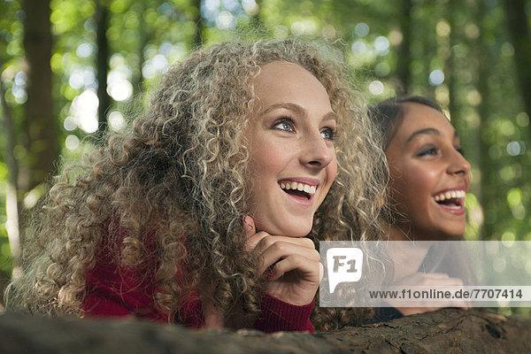 Teenagermädchen lächeln im Wald